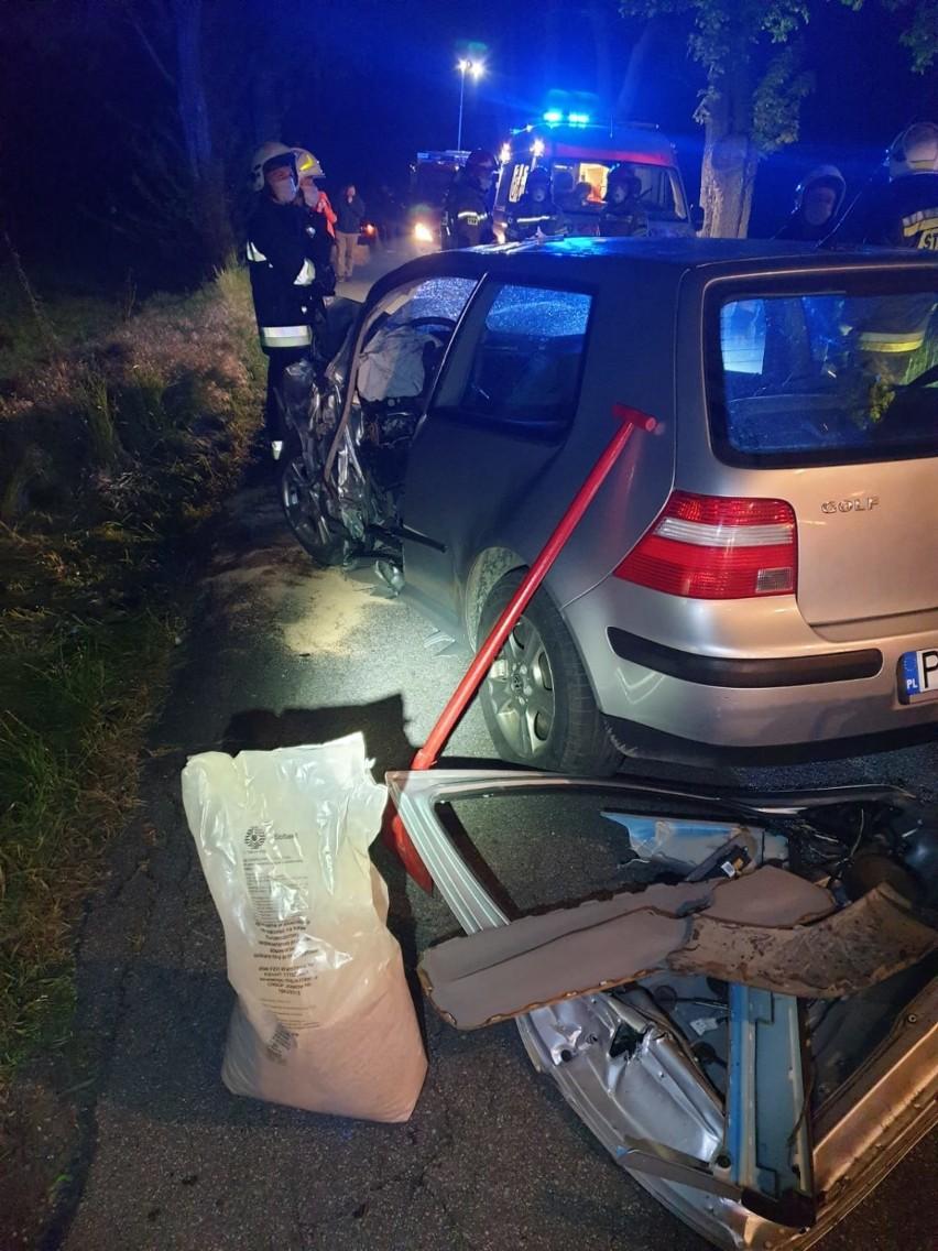 19-latek wypadł z drogi i uderzył w drzewo ZDJĘCIA