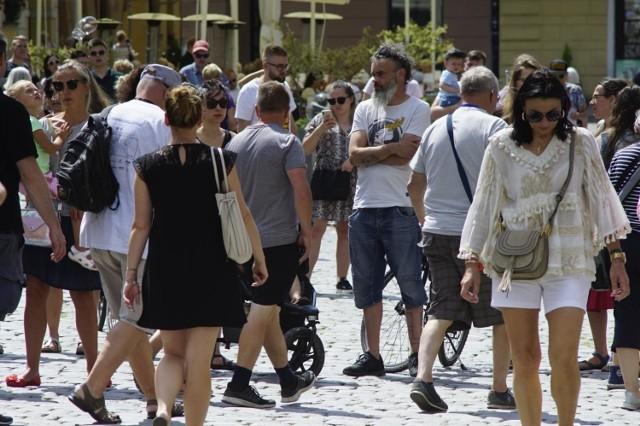 Jak wynika z projektu rozporządzenia Rady Ministrów, dystans społeczny zostanie zmniejszony z 2 m do 1,5 m.