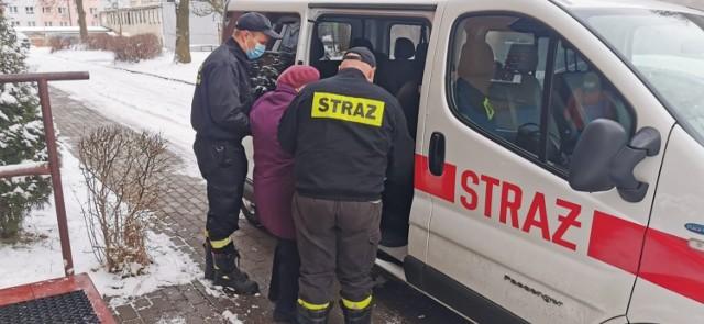 Strażacy pomagają seniorom dostać się na szczepienia przeciw COVID-19