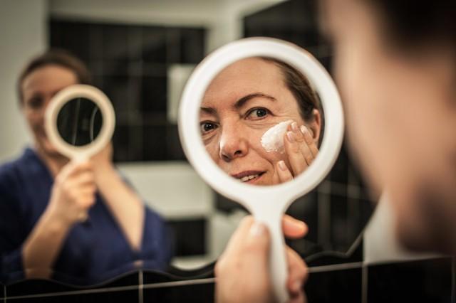 Odpowiednio dobrany, a także dobrze wykonany makijaż potrafi zdziałać cuda. Te metamorfozy to potwierdzają! Jak się malować, aby dodać sobie charakteru albo odjąć lat?