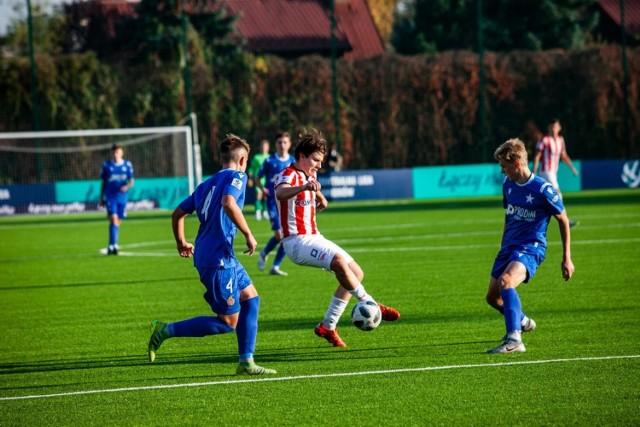 Mecz CLJ U-17 Cracovia - Wisła Kraków na sztucznym boisku Prądniczanki