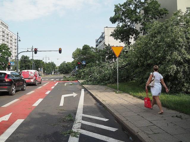 Od nawałnicy, która przeszła przez Łódź i okolice minął niemal tydzień, a wiele domów dalej nie ma prądu. Między innymi na Stokach, w Nowosolnej czy okolicach Rąbienia.  Na zdjęciach: zniszczenia po środowej burzy w Łodzi  CZYTAJ DALEJ>>>  .