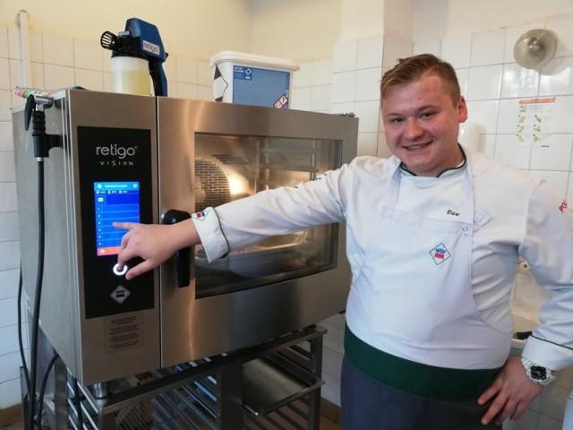 Dawid Domin, kucharz i doradca kulinarny, prezentuje możliwości nowoczesnych pieców konwekcyjno-parowych