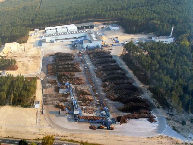 Z lotu ptaka tartak Ikea Industry w Stalowej Woli, a wokoło lasy, które po wylesieniu będą mogły być wykorzystane na inwestycje