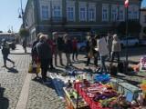Wrześniowe targi staroci w Skierniewicach. Było dużo stoisk. Kupujących również nie brakowało