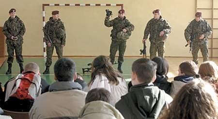 Komandosi zaprezentowali zaciekawionej młodzieży swoje uzbrojenie. arkadiusz ławrywianiec