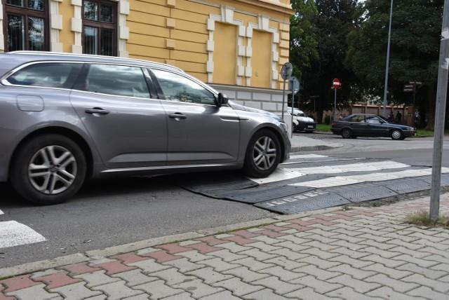 Zdezelowane przejście dla pieszych przez ul. Nowy Świat w Tarnowie