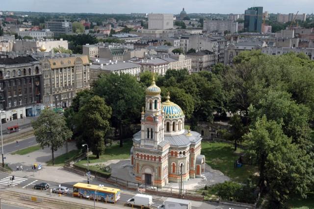 Wybudowana w latach 1880-1884 z funduszy najbogatszych łódzkich fabrykantów wg projektu Hilarego Majewskiego. Mimo iż inicjatorem budowy był rosyjski gubernator, cerkiew nie podzieliła losu wielu wybudowanych pod auspicjami rosyjskich zaborców świątyń prawosławnych. Nie została przekształcona w kościół katolicki, nie została rozebrana jak cerkiew św. Michała Archanioła w Warszawie. W okresie międzywojennym z powodzeniem spełniała zadania świątyni prawosławnej społeczności w Łodzi. W 1951 cerkiew zyskała rangę soboru, stając się katedrą diecezji łódzko-poznańskiej. Gruntownie odnowiona na początku XXI wieku. (Oprac. na podstawie: https://pl.wikipedia.org/wiki/Sobór_św._Aleksandra_Newskiego_w_Łodzi)