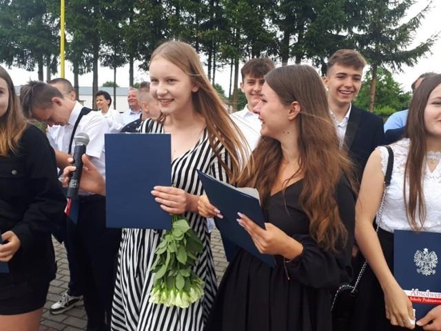 Zdjęcia z zakończenia roku szkolnego w Szkole Podstawowej w Przechlewie i Szkole Podstawowej w Sąpolnie.