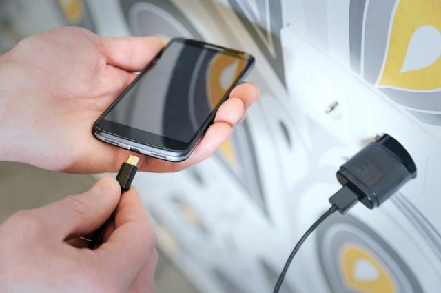 Ładujesz telefon? Na pewno to robisz! Nie uwierzymy przecież, że go nie posiadasz. Założymy się też, że robisz to źle - bo mało kto robi to dobrze. W najlepszym wypadku doprowadzisz do tego, że twój telefon będzie się szybciej rozładowywał, ale w najgorszym -  będziesz zmuszony do zakupu nowego. Z kolei dobre nawyki wydłużą żywotność baterii. Brzmi nieźle? W takim razie sprawdź, które nawyki związane z ładowaniem telefonu lepiej zmienić!