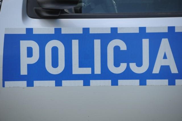 Zima wróciła i w weekend była przyczyną kilku zdarzeń, do których doszło na drogach powiatu: w Poniatowie zderzyły się dwa samochody, na autostradzie A1 - trzy, a w Dorotowie toyota corolla wjechała do rowu.