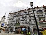 Rewitalizacja w Kaliszu. Trwa remont dachu kamienicy przy ul. Śródmiejskiej 2 ZDJĘCIA