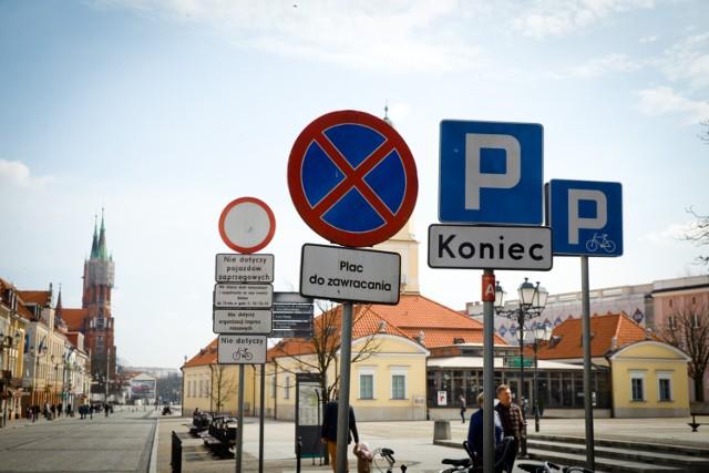 Znajomość znaków drogowych jest obowiązkowa dla każdego kierowcy - bez tego lepiej nie wyjeżdżać z parkingu! Każdy jednak przyzna, że na większości polskich dróg znaki drogowe są dość powtarzalne i w gruncie rzeczy wystarczy znajomość tylko części całego zbioru, by móc bez problemu i bezpiecznie podróżować. Z jednej strony prawda, z drugiej strony jednak nigdy nie wiadomo, kiedy trafimy gdzieś na znak drogowy, który rzadko widujemy. Jeśli zapomnieliśmy jego znaczenie i nie zastosujemy się do niego, możemy nie tylko narazić się na mandat, ale przede wszystkim zagrozić bezpieczeństwu ruchu drogowego! Wybraliśmy kilkanaście rzadko widywanych na drogach znaków drogowych. Czy pamiętasz, co oznaczają i potrafiłbyś się do nich zastosować?