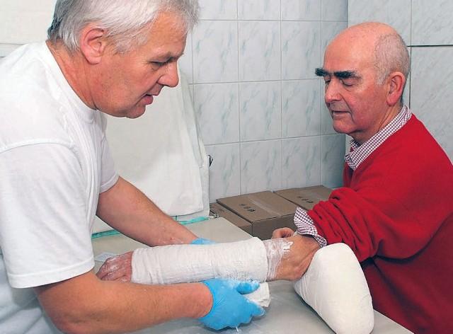 Paweł Kuna przewrócił się wczoraj na śliskiej ścieżce rowerowej i złamał nadgarstek. Antoni Steckiewicz, pracownik łódzkiego pogotowia, założył mu gips.