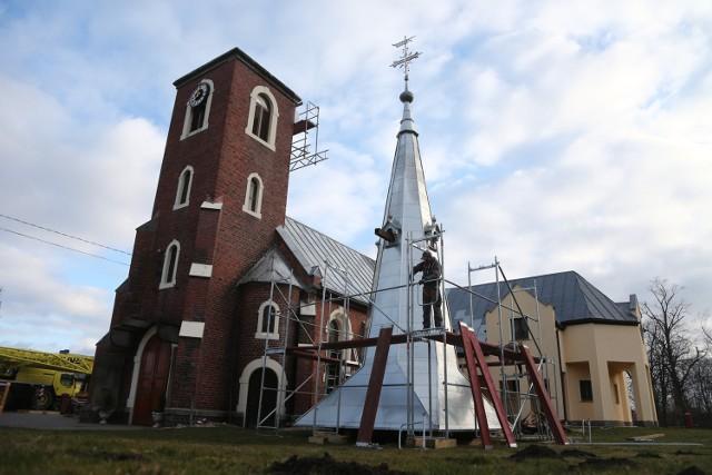 Na wieży kościoła w Rakoszycach pojawił się dziś hełm
