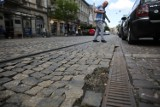 Kraków. Druga część ulicy Karmelickiej do remontu? Mieszkańcy alarmują: w kilku miejscach się sypie [ZDJĘCIA]