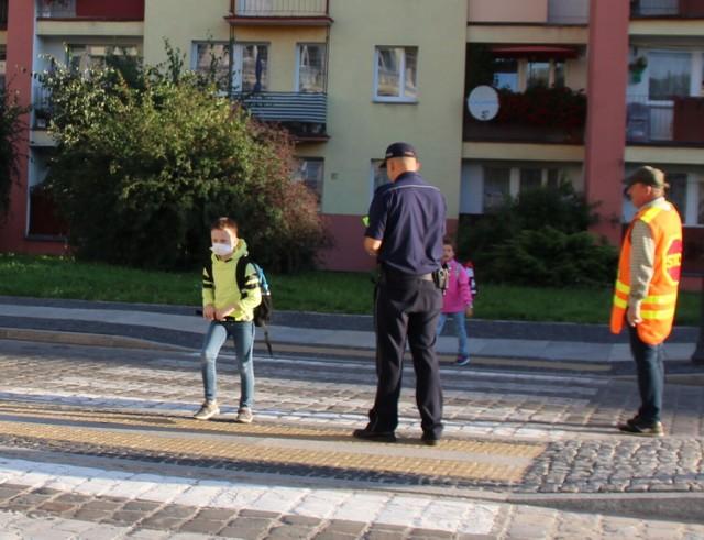 Policjanci dbają o bezpieczeństwo dzieci.