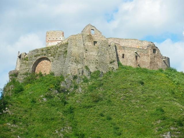 Czorsztyn To miejsce znane jest przede wszystkim z ruin średniowiecznego zamku, wznoszących się na wzgórzu nad Dunajcem (dziś Jeziorem Czorsztyńskim).