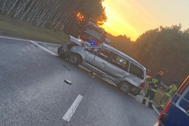 We wtorek, 21 stycznia, w godzinach popołudniowych doszło do groźnego wypadku na drodze krajowej nr 32 w okolicach Gubina (na 11 kilometrze - droga z Bieżyc w kierunku Krosna Odrzańskiego). Zderzyły się dwa samochody osobowe, doszło do dachowania. W obu pojazdach znajdowały się dzieci.  - Droga została zablokowana - informuje podkom. Justyna Kulka, rzeczniczka Komendy Powiatowej Policji w Krośnie Odrzańskim. - Doszło do zderzenia dwóch pojazdów: audi oraz vw sharana. W pierwszym z wymienionych podróżowało 11-letnie dziecko, natomiast w drugim - dwójka dzieci. Jedno miało 1,5 roku, drugie trzy lata. Mali pasażerowie z sharana zostali zabrani do szpitala do Gubina na badania.  Wszystko wskazuje na to, że nikomu nic poważnego się nie stało. Droga w obu kierunkach została zablokowana. - Ustalamy przyczyny wypadku. Na miejscu policjanci prowadzą czynności - informuje J. Kulka.  Zobacz też: SZPROTAWA. Pościg za pijanym kierowcą. Mogło dojść do tragedii