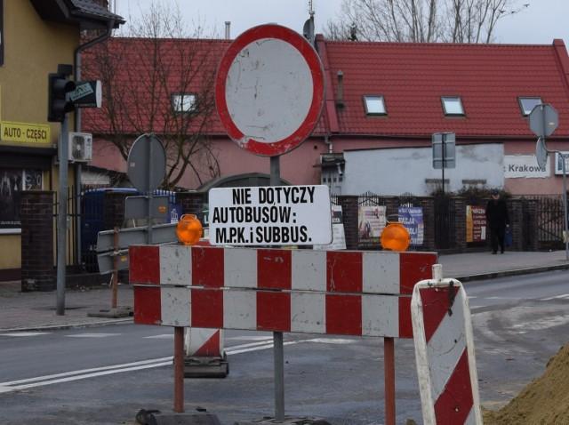 Skrzyżowanie w centrum miasta. Nie wiadomo kiedy skończą się prace.