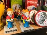 Ale to jest brzydkie! Takie pamiątki z Wrocławia kupują turyści! [ZDJĘCIA]