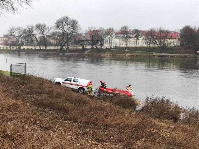 Akcja wyciągania auta z rzeki trwała kilka godzin.