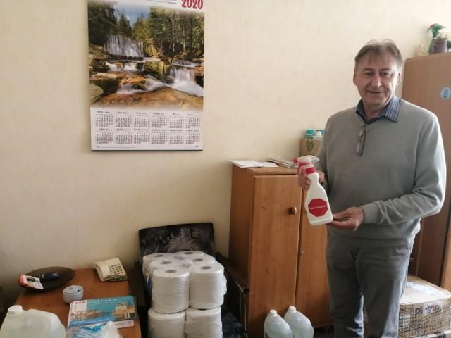 Waldemar Gosek, dyrektor Szkoły Podstawowej nr 1 w Sandomierzu pokazuje płyny dezynfekujące.