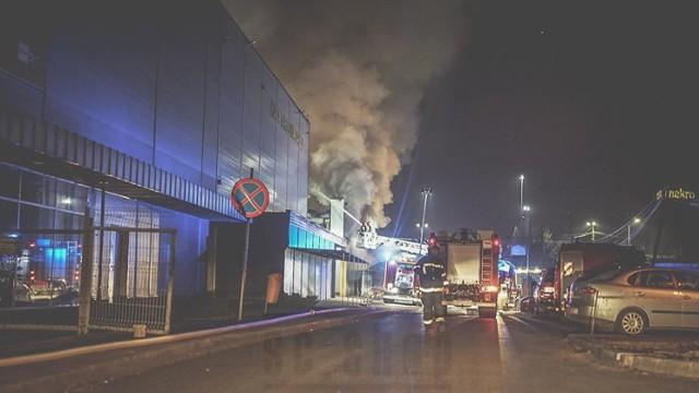 Pożar hali na Załężu w Katowicach.  Zobacz kolejne zdjęcia. Przesuń palcem, kliknij strzałkę lub przycisk NASTĘPNE