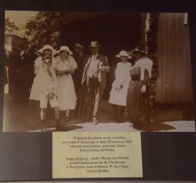Zdjęcie na ścianie w zrekonstruowanym gabinecie. Korfanty z żoną Elżbietą, córkami i synem Witoldem na pszczyńskim rynku