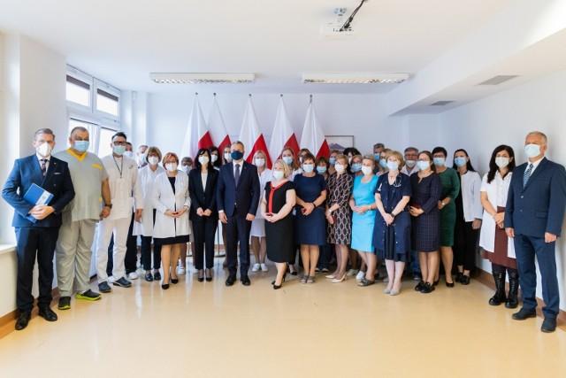 Wojewoda Mikołaj Bogdanowicz wręczył odznaki honorowe zasłużonym pracownikom Szpitala Zakaźnego Bydgoszczy