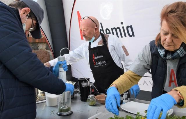 """Jeden z pokazów, w ramach """"Festiwalu Zawodów"""" w Akademii Szkolnictwa AS w Inowrocławiu, poświęconym był ziołom w kuchni, fryzjerstwie i kosmetyce"""