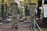 Przecinali kłódki na cmentarnych bramach i namawiali przechodniów do odwiedzania grobów bliskich. Trzej mężczyźni zatrzymani