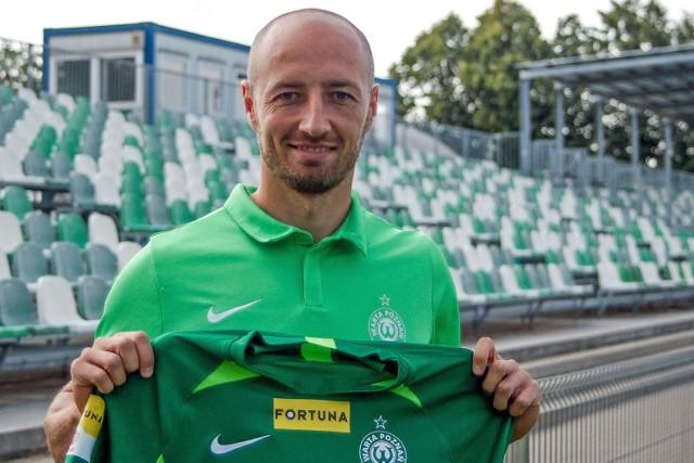 Łukasz Trałka dumnie prezentuje koszulkę swojej nowej drużyny. Być może w sobotę były piłkarz Lecha wystąpi już w wyjazdowym spotkaniu Warty z Radomiakiem