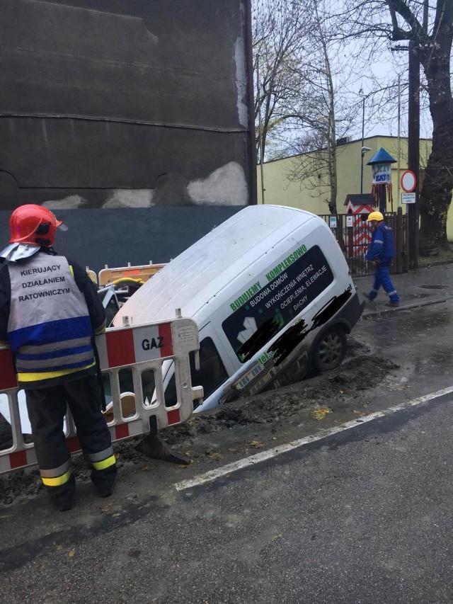 Samochód wjechał do wykopu przy ulicy Józefowskiej