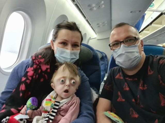 W niedzielę, 21 marca, Hania Krakowska z Bydgoszczy wyruszyła z rodzicami w najważniejszą w życiu podróż. W klinice w Dallas czeka ją skomplikowana operacja głowy, która uratuje jej życie.