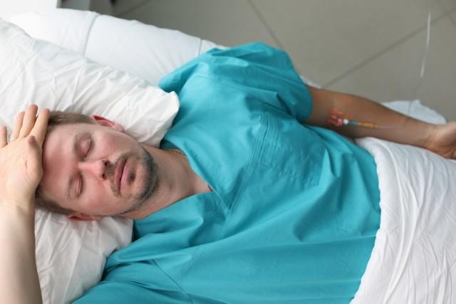 Lekarze mawiają, że grypa jest jak wilk – eliminuje ze stada najsłabsze owce… Nawet z pozoru banalna infekcja, której nie wyleczymy do końca, może doprowadzić do poważnych konsekwencji dla naszego zdrowia. Zwłaszcza, jeśli jesteśmy obciążeni ryzykiem wielu poważnych chorób. Dlaczego nie warto bagatelizować grypy?  Zobacz, na jakie dolegliwości narażamy się ignorując pierwsze objawy grypy! Przesuwaj zdjęcia w prawo przez naciśnięcie strzałkę lub przycisku NASTĘPNE.