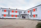 Leszno. Mama pierwszaka oburzona zakazem wejścia do szkoły w Wilkowicach. Dyrekcja: to są odgórne wytyczne, dzieci mają opiekę