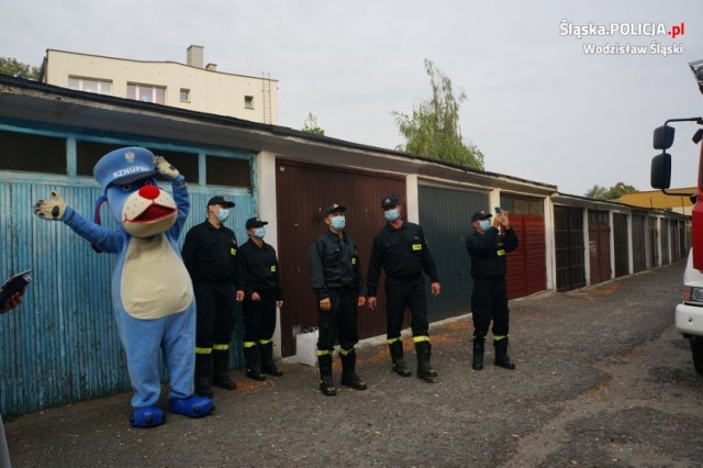 """Policjanci z Wodzisławia """"zorganizowali"""" urodziny 3-letniej dziewczynce przebywającej na kwarantannie."""