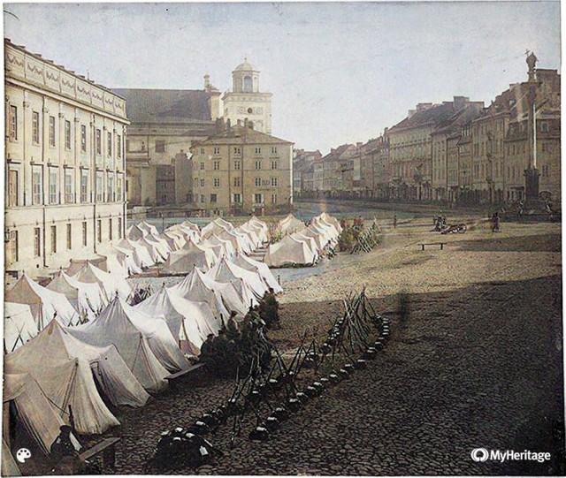 Namioty dla wojska Imperium Rosyjskiego, które ustawiły się na placu Zamkowym w 1861 roku, po wprowadzeniu (14 października) stanu wojennego. Wprowadzony na rozkaz cesarza Rosji Aleksandra II przez namiestnika rosyjskiego gen. Karola Lamberta.  W czasie stanu wojennego aresztowano ponad 3 tys. osób, które osadzono w Cytadeli.  Za to zdjęcie Beyer trafił na pół roku do więzienia.