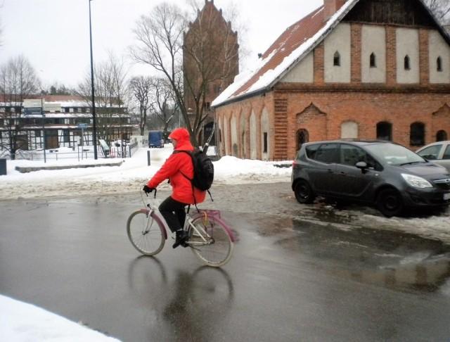 W śródmieściu zawalone śniegiem chodniki, rowerzyści korzystali z jezdni