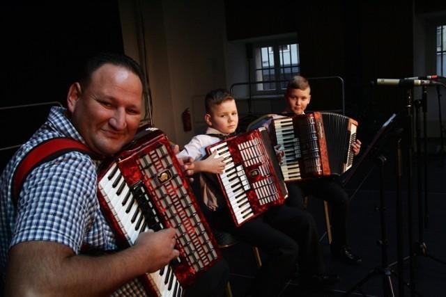 Wielka Orkiestra Świątecznej Pomocy już gra w Legnicy, Pierwszy koncert to zespół Ojciec i Synowie.