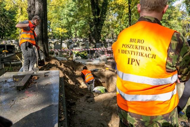 """Tak wyglądały poszukiwania szczątków partyzantów ze zgrupowania """"Ognia"""" prowadzone przez IPN na cmentarzu Rakowickim w 2017 r."""