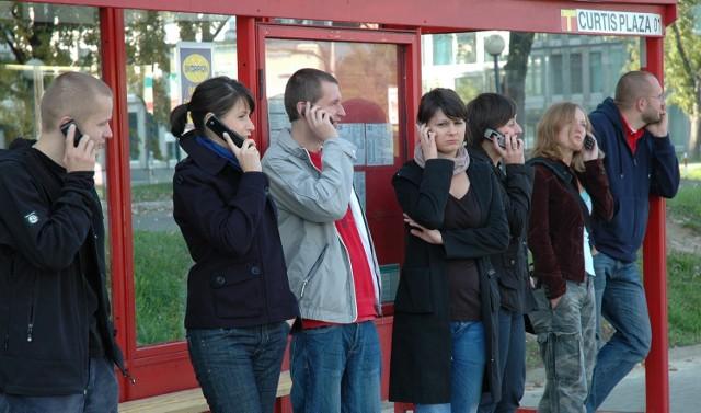"""Mówi się o nich """"pokolenie pochylonych głów"""". Wiecznie ze smartfonami i tabletami, cały czas przeglądają zdjęcia, lajkują posty i piszą SMS-y. Czy potrafią żyć bez Internetu?"""