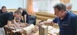 Walka z komarami na os. Rycerskie w Przemyślu. Społecznicy zbudowali budki dla jerzyków [ZDJĘCIA]