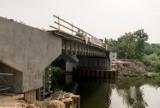 Konin. Postępy w pracach nad mostem Bernardynka. Wkrótce wylana zostanie nowa płyta nośna przeprawy [ZDJĘCIA]