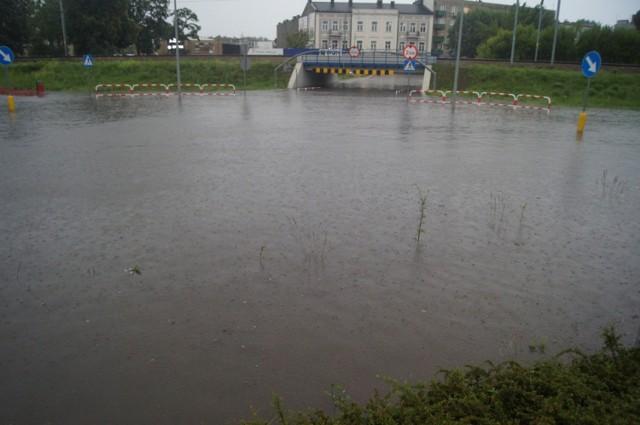 """Burza i ulewa nad Radomskiem. Zalane ulice miasta, """"mostek"""" pod wodą..."""
