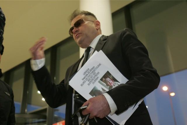 Kanciasta fryzura detektywa Rutkowskiego. Miał wyglądać jak amerykański policjant. Udało się mu?