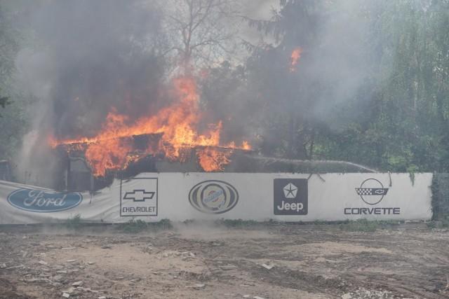 Cztery zastępy straży pożarnej walczą z ogniem na jednej z poznańskich działek. Przy CH Plaza po godzinie 11 ogień pojawił się w jednej z altanek. Jak informują czytelnicy, kłęby dymu widać aż nad Maltą. Przejdź dalej --->