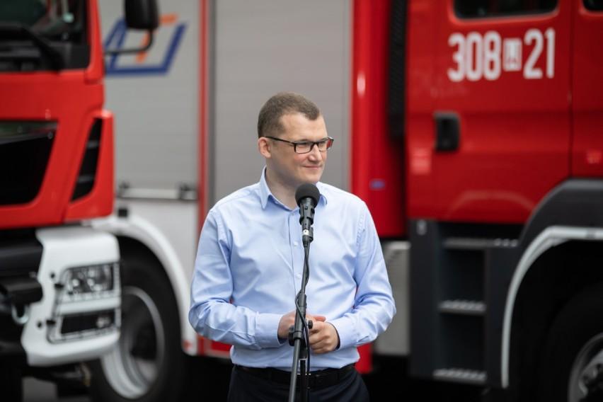 """""""Bitwa o wozy"""". MSWiA sfinansuje wozy strażackie dla gmin o najwyższej frekwencji wyborczej. Trzaskowski proponuje dodatek do emerytury"""