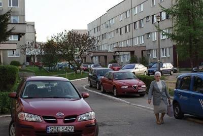 Na osiedlu Piłsudskiego w Czeladzi samochody stoją na chodnikach, a piesi chodzą po ulicach